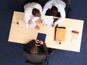 mesa papeles gente